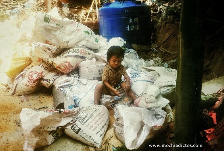 Niño jugando entre la basura