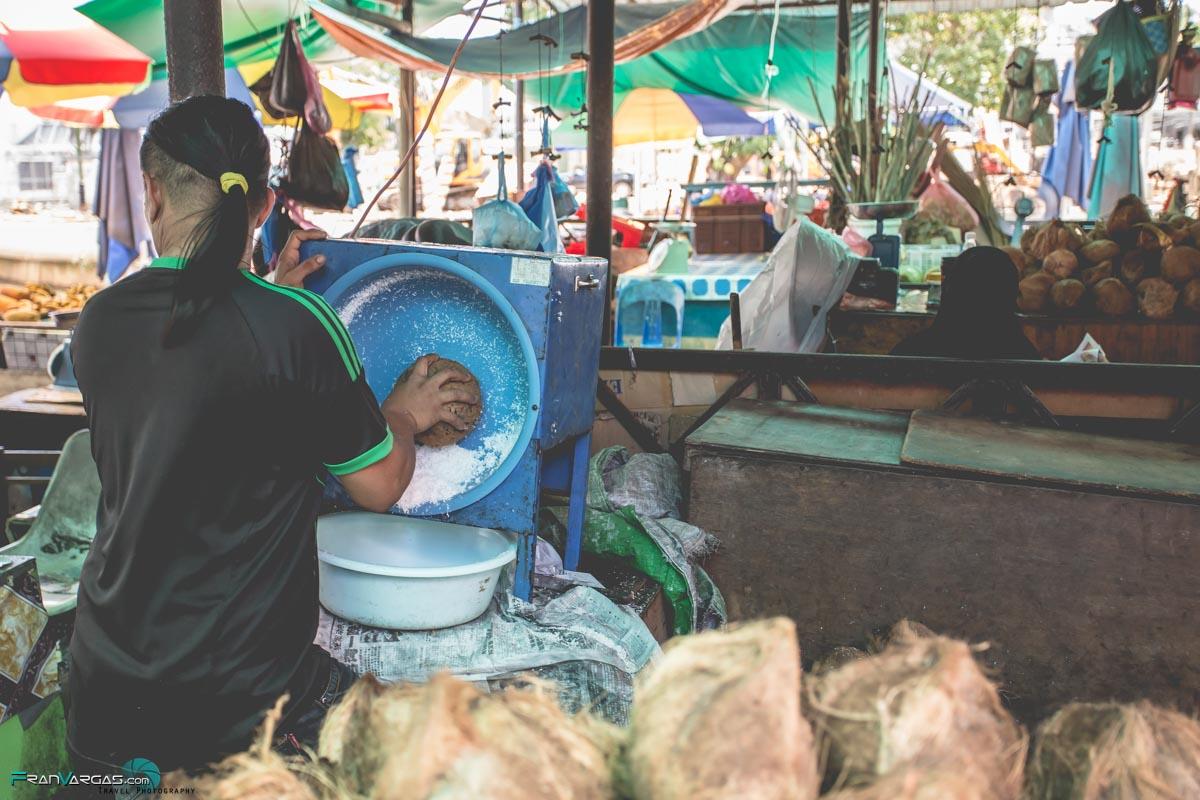 Rallando coco en un pequeño mercado callejero
