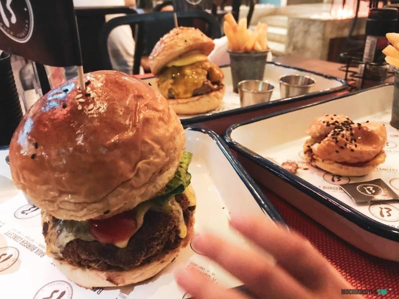 Comer hamburguesa en Koh Tao