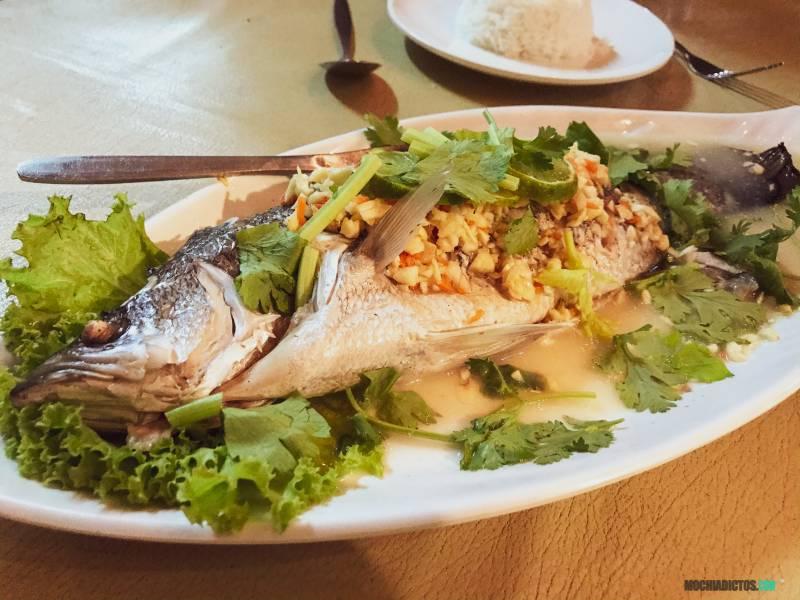 Comer pescado en Koh Tao