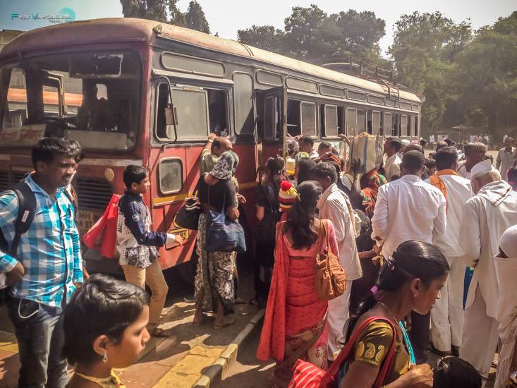 Autobus local que llega a las Cuevas Ellora