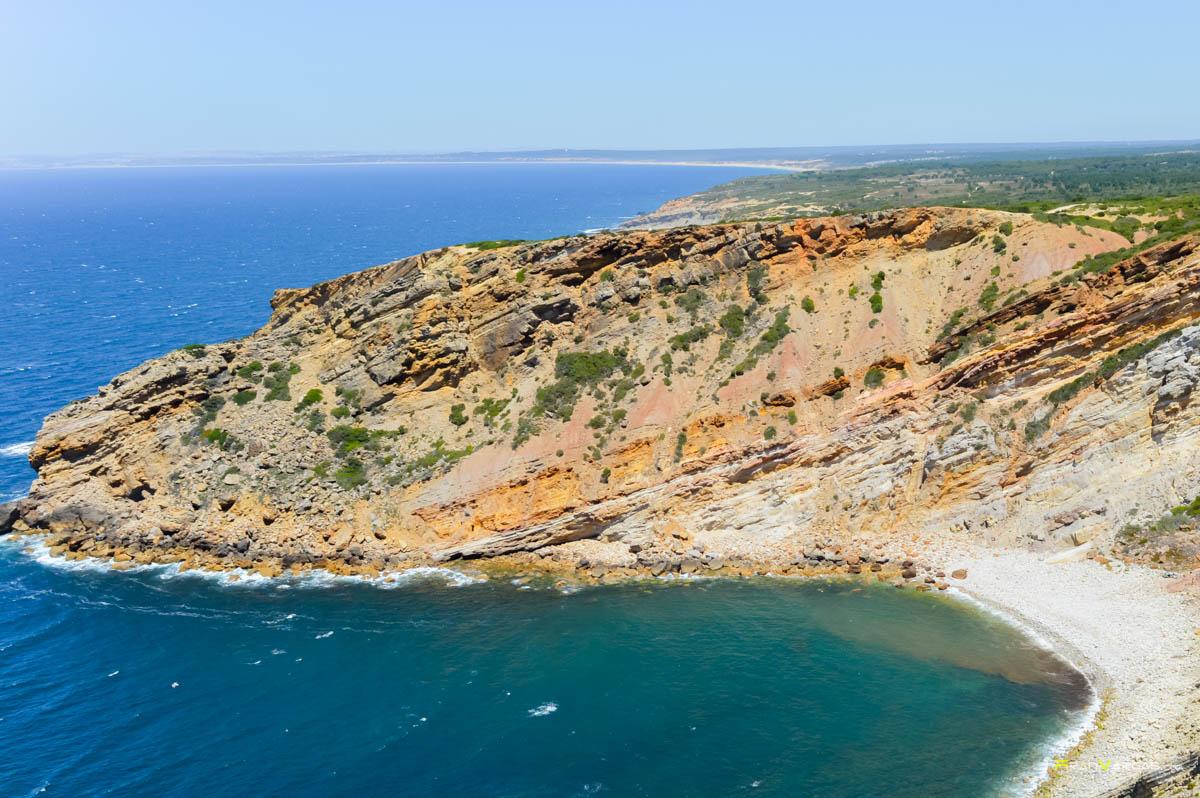 Vistas de una playa desértica desde el faro