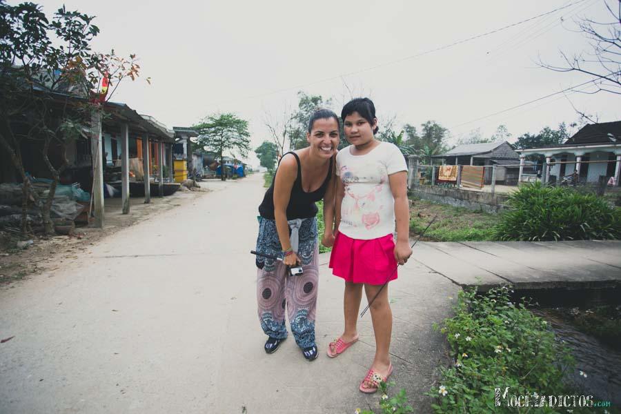Con la única niña de la aldea