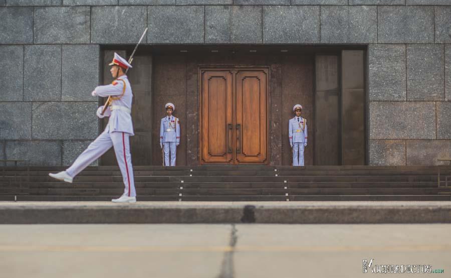 Cambio de guardia en el Mauselo de Ho Chi MIn