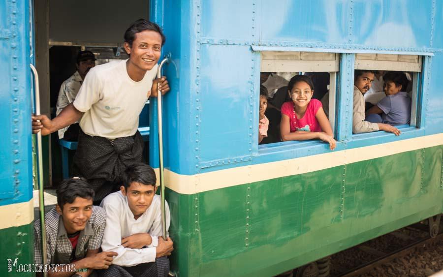 La gente nos sonrien mientras se cruzan nuestros trenes