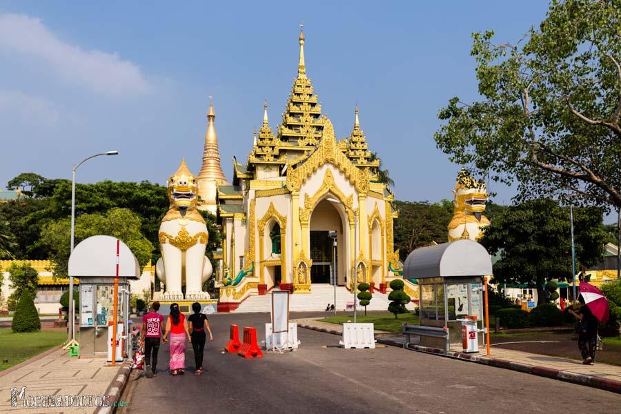 Entrada a la Shwe Dagon Pagoda