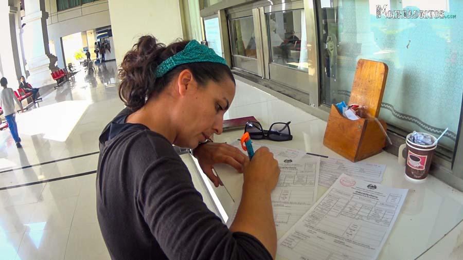 Rellenando los papeles en inmigración en Laos