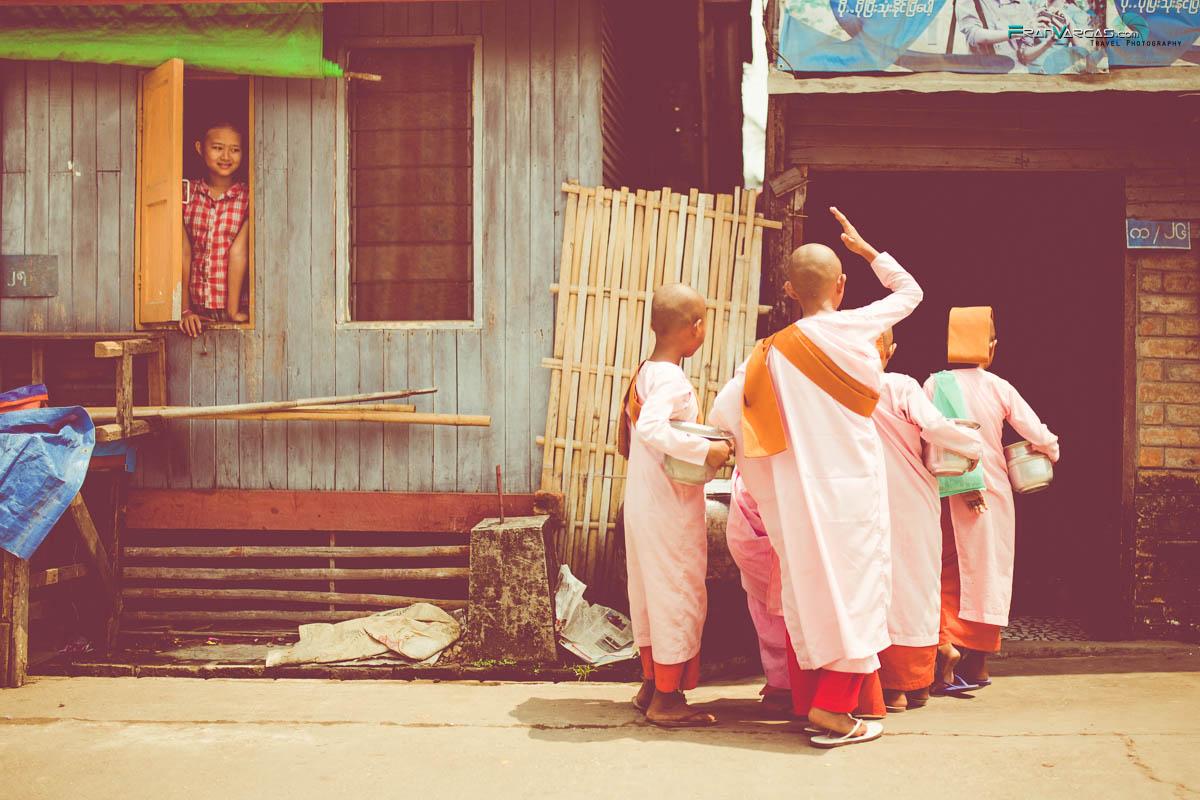 Pequeños monjes en la puerta de una casa en Yangon