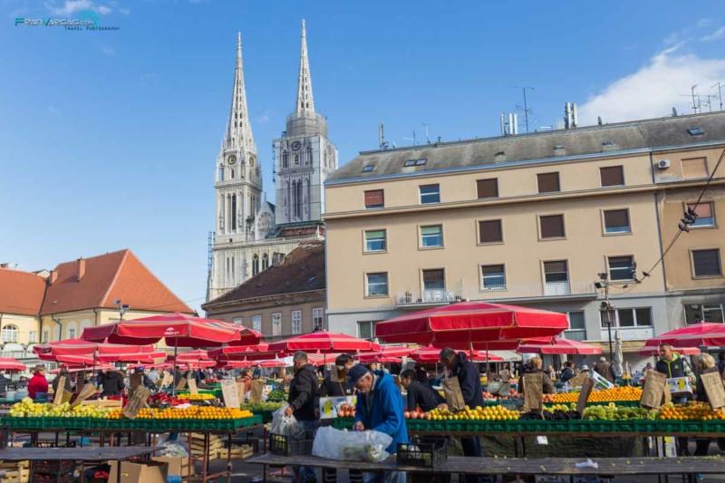 Vistas de la catedral de Zagreb desde el mercado Dolac