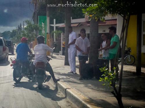 Motoconchos convenciendo a extranjeros para llevarlos.