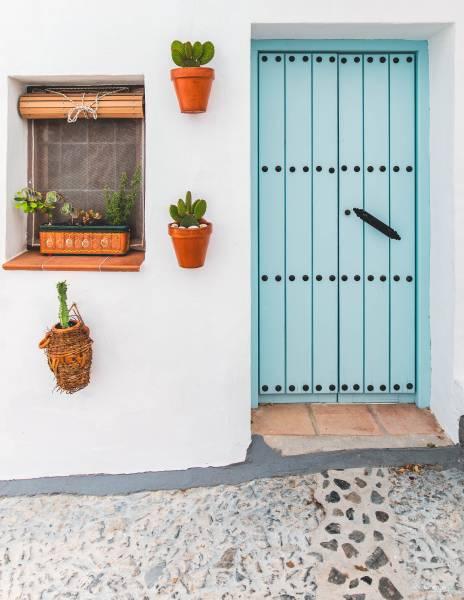 puertas de colores en Frigiliana
