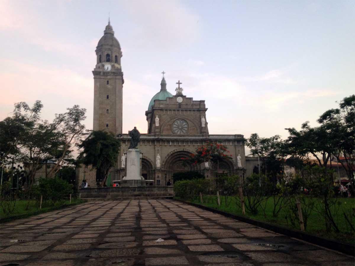 Catedral de Manila desde la Plaza Roma